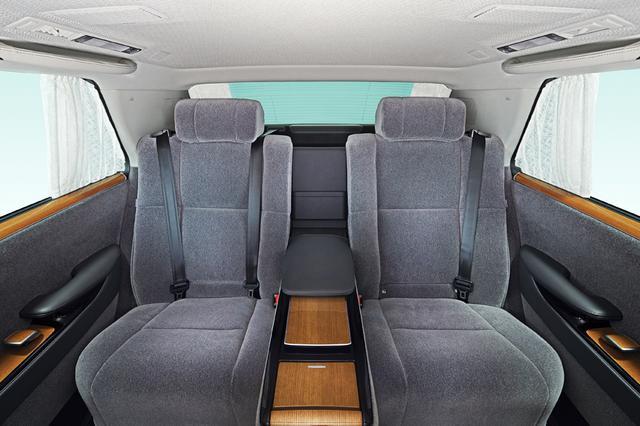 画像: 後席空間には折り上げ式天井様式を採用。シート表皮には100%ウールのファブリック仕様(写真)と最高級表皮を使った本革仕様をラインアップする予定。