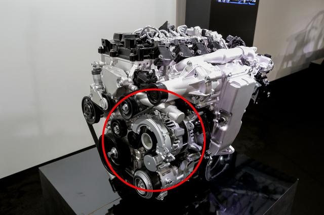 画像: 赤丸で囲った部分がモーターユニットの一部。スカイアクティブXは1997cc、圧縮比は16.0:1で、最高出力と最大トルクの目標値は190ps/230Nmとのことだが、これがマイルドハイブリッドのモーター出力込みの数字なのかは不明だ。