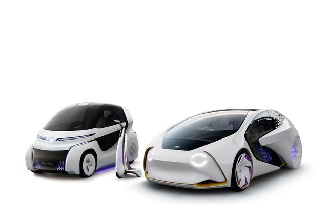 画像: 右は年初の国際家電ショーで公開された「TOYOTA Concept-愛i」、左が東京モーターショーで初公開される「TOYOTA Concept-愛i RIDEとWALK」。