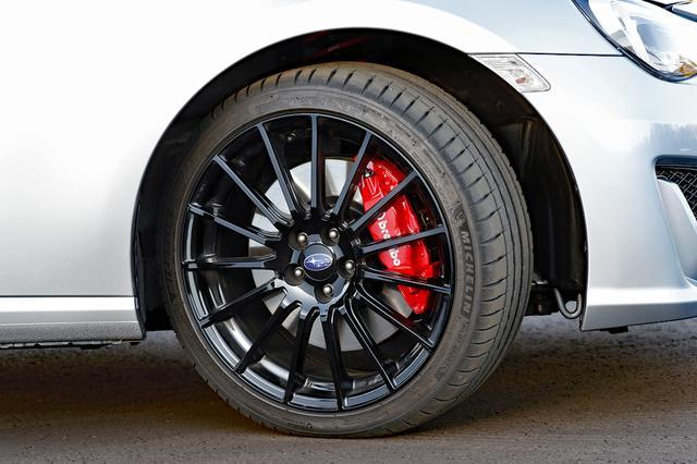 画像: 215/40R18タイヤにブラック塗装のアルミホイール、ブレーキはブレンボ製。