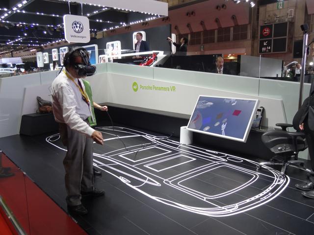 画像: 「ポルシェ パナメーラ VR」、メガネをかけると、床に書いてある絵のところに実在するように見える。