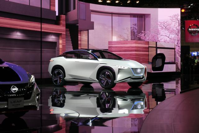 画像: 壇上に登場した「Nissan IMx」。今回の日産ブースの展示内容は EVが中心だった。