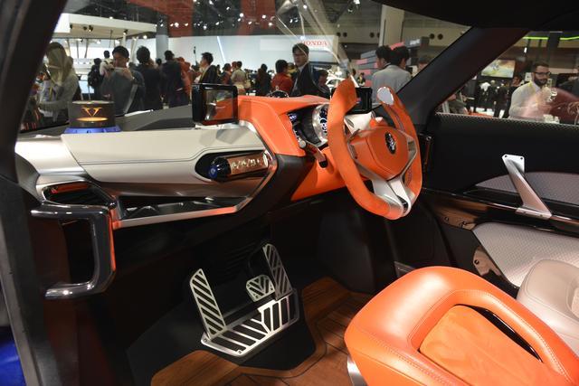 画像: ステアリングは車体のセンターに配置されている。メーターはバイクのそれを思い起こさせるデザイン。