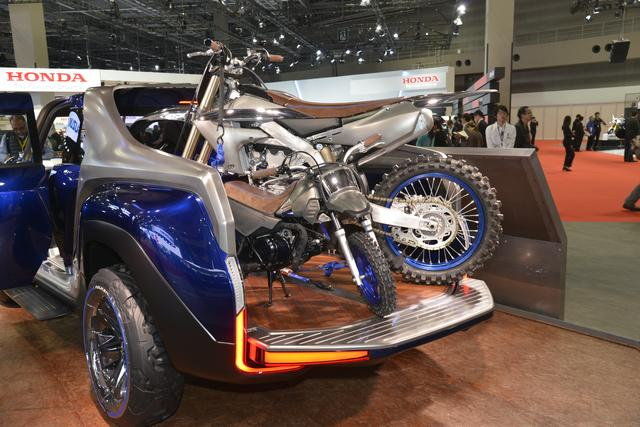 画像: デッキにはバイク 2台が積載可能。これは特殊なシートレイアウトのたまもの。