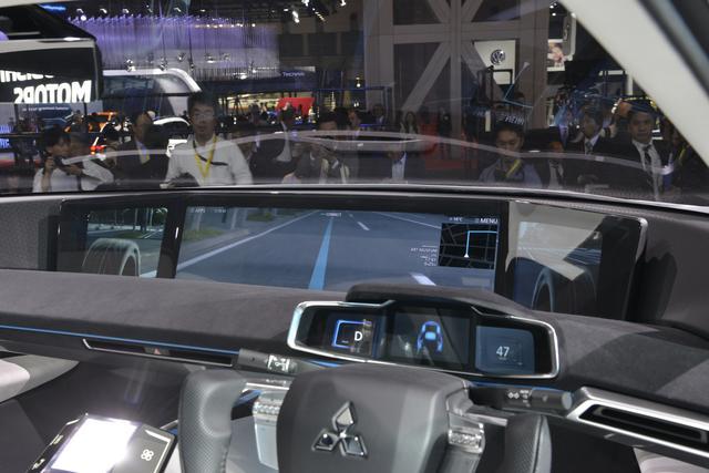 画像: コクピットも未来的。大型ディスプレイには地面や前輪の動きまで映し出す。
