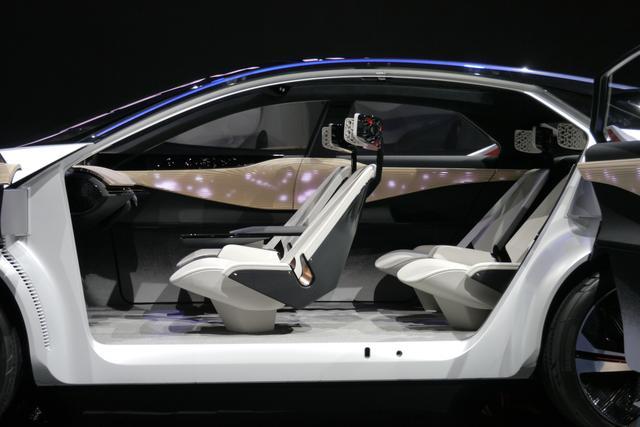 画像: 大きめの 4座独立シートが配置されている。木目のようなパネルは写真のように発光する。