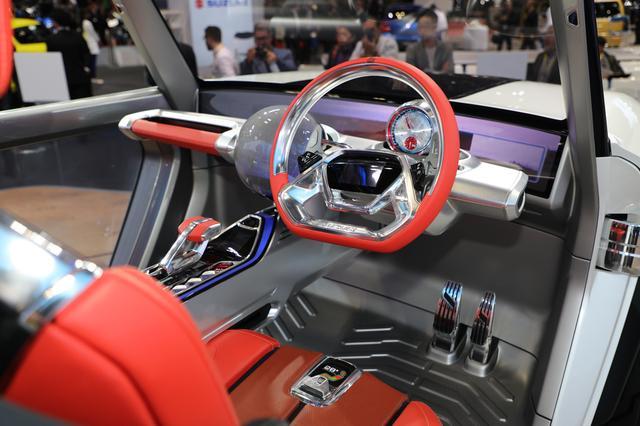 画像: 写真は手動運転時の状態。自動運転時には、メーターやシフトノブなどがインパネに収納される。