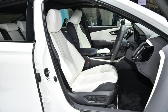 画像: 展示車はアスリートと予想されるので、フロントのシートはサポート性の高いものが装着されていた。