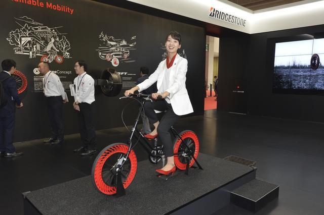 画像: 空気充填を不要にするブリヂストンのタイヤ技術「エアフリーコンセプト」を採用し、パンクの心配のないタイヤを装着した自転車を展示。
