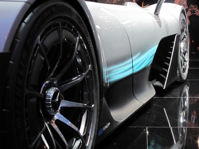 画像: Fタイヤ後ろの大きなエアアウトレットから空気の流れをイメージさせるラインが描かれるプロジェクト ONE。