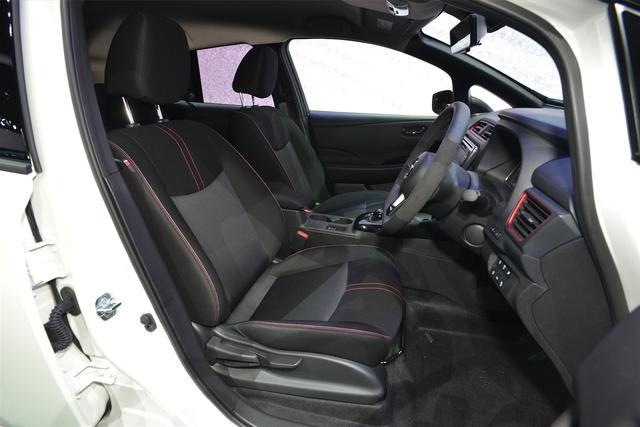 画像: 赤と白のステッチが入った専用のシートも装備。