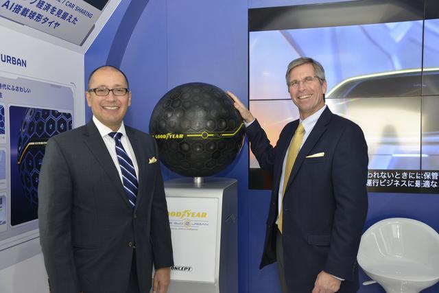 画像: 話を伺ったザンジグ氏(Mr.David Zanzig  右)と消費財担当副社長ライオネル・ラミレス氏(Mr. Lionel Ramirez 左)。後ろがシェアリング経済を見据えたAI搭載球形タイヤ Eagle 360 Urban(イーグル サンロクマル アーバン)。