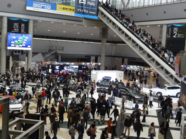 画像: 西展示棟アトリウム。午後になるとどんどん人が増えてくる。