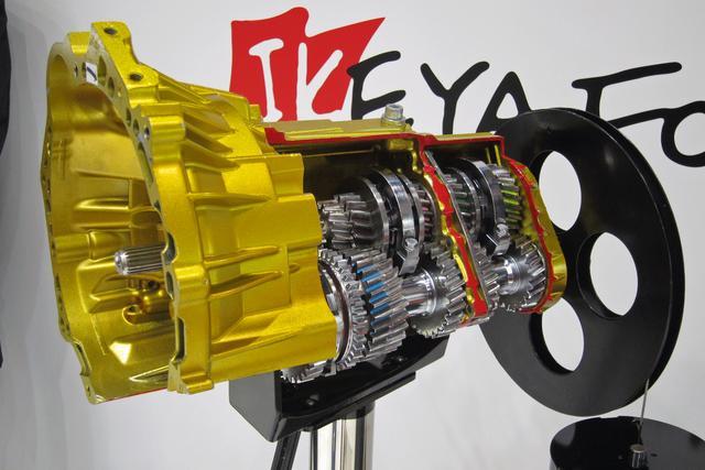 画像: IST(イケヤ・シームレストランスミッション)のカットモデルも車両のそばに展示されていた。