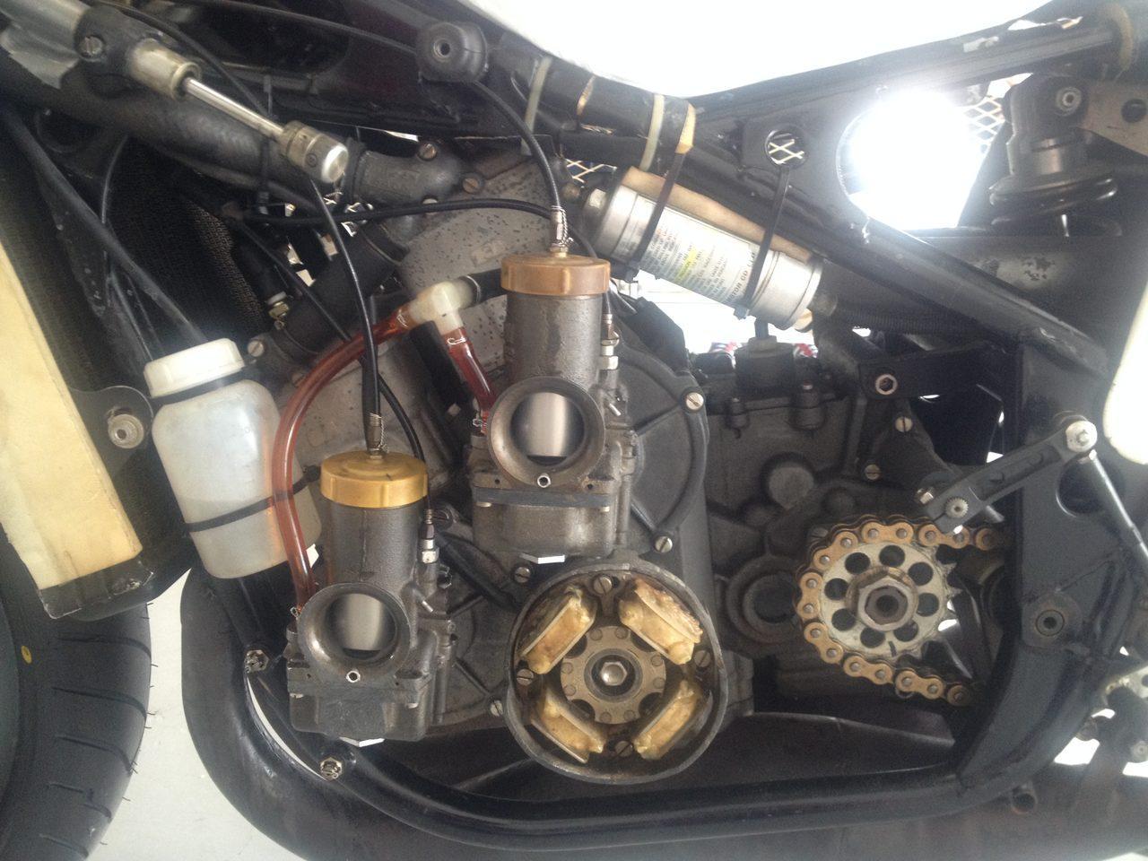 画像: 水谷勝選手が1982年に7連勝して全日本選手権500ccクラスを制覇したときの愛機、スズキRGB500の心臓部。この時代は段付きのスクエア4のレイアウトになっているのが特徴です。
