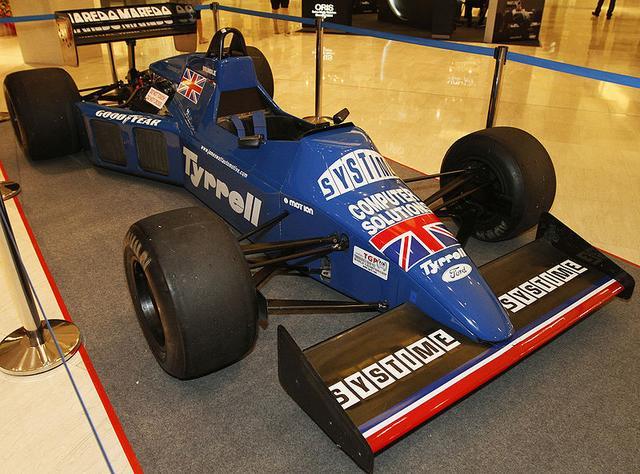 画像: 2010年に撮影された、展示状態のティレル012。サイドポンツーンのデザインが特徴的です。 en.wikipedia.org
