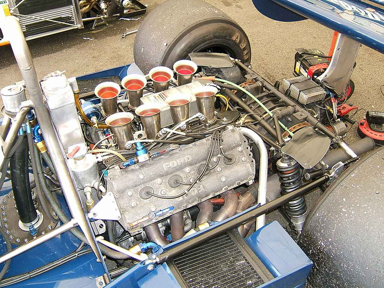 画像: 1978年型ティレル008に搭載されたコスワースDFVエンジン。なおギアボックスはヒューランド製です。 en.wikipedia.org