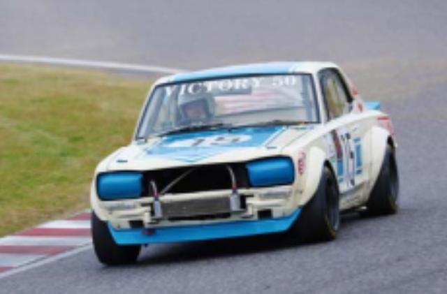 画像: 1972年 NISSAN SKYLINE 2000GT-R WORKS #15 1972年 NISSAN SKYLINE 2000GT-R WORKS #21 1969年のJAFグランプリ制覇を目指して制作されたのがニッサン・スカイライン2000GTR(KPGC10)ワークスだ。直列6気筒DOHCエンジンは最高230馬力を誇ったと言う。1970年から国内のTSレースで負け知らずの快進撃を続け、3年間で脅威の49連勝を含む52勝を記録。 1972年の15号車は、高橋国光、北野元、黒沢元治らが、21号車は久保田洋史がドライブした。