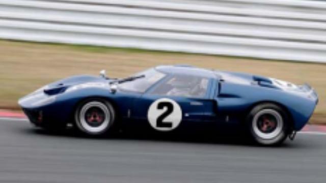 画像: 1966年 Ford GT MkII アメリカのフォード社が開発したスポーツプロトタイプカー。1964年にフォードGTを発表し、ル・マン24時間レースなどに参戦すると、1966年にはシャシーを強化し、475馬力の7.2リッターエンジンを搭載したMk IIを投入。この年のル・マン24時間レースには8台のワークスマシンが参戦し、3位までを独占する活躍を見せた。一般にはフォードGT40と呼ばれているが、これは車高が40インチ(1016mm)と低いことから付けられた愛称だ。