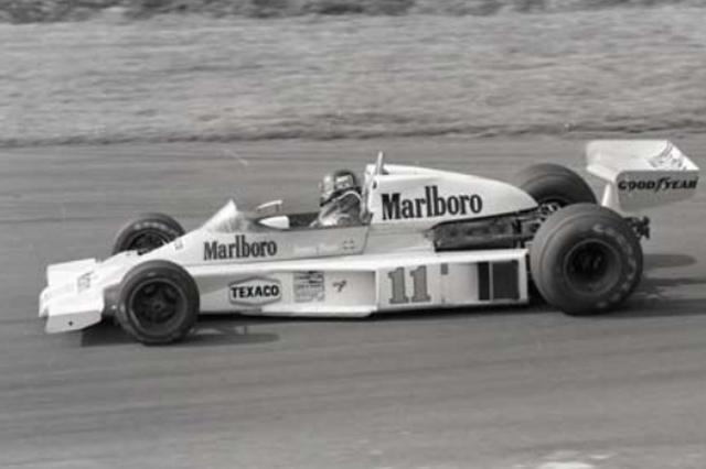 画像: 1976年 McLAREN M23 1973年にデビューしたマクラーレンM23は当時としてはスタンダードなコンセプトで作られたマシンだったが、改良を重ねながらトップ争いを展開。1976年ジェームス・ハントがチームに加入すると、フェラーリのニキ・ラウダと激しいチャンピオン争いを展開した。この年富士スピードウェイで行われた最終戦、雨の中ラウダがレースを棄権するとハントは3位フィニッシュ。逆転で初のチャンピオンを獲得した。