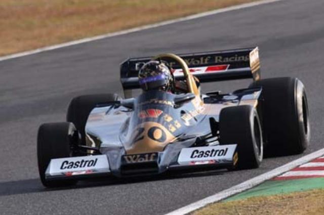 画像: 1977年 Wolf WR1 1977年F1に参戦したウルフは、その開幕戦アルゼンチンGPにウルフWR1を投入するとジョディ・シェクターのドライブでデビューウィンを飾った。ボディ全体が楔形のウェッジシェイプ形状でダウンフォースを稼ぎ出し、かつ軽量・コンパクトに仕上げられた名車だ。この年シェクターは3勝を記録。最終戦の日本GP(富士スピードウェイ)ではスタート直後に2位に浮上し、決勝のベストラップも記録するなど速さを見せ、日本のファンの印象に残っているマシンだ。