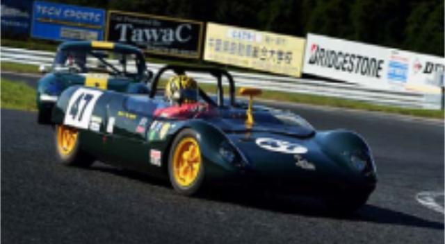 画像: 1963年〜64年 Lotus 23B F1で有名なイギリスのロータスから1962年にデビューした純レーシングスポーツがロータス23。ロータス23は1963年に鈴鹿サーキットで開催された第1回日本グランプリのメインイベント、国際スポーツカーレース出場し表彰台を独占する速さを見せた。 エンジンをミッドシップに搭載し、低く流麗なスタイルはファン、関係者に衝撃を与えた。その後進化版の23Bが様々なレースに参戦し活躍した。