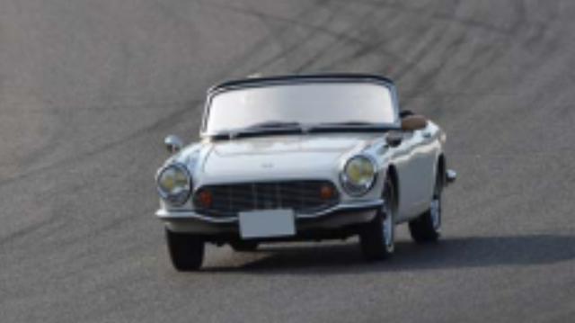 画像: **1967年 Honda S800* 1963年に発売されたHonda S500は、翌年S600へと進化しモータースポーツシーンで大活躍した。1965年にはS800が登場し、国内外の様々なレースで目を見張る好成績を残している。1967年鈴鹿1000km耐久自動車レースではポルシェ・カレラ6、トヨタ2000GT、ニッサン・フェアレディと戦い総合3、4位を獲得。 特にRSC(レーシングサービスクラブ)チューンのマシンが際立った戦闘力を示し、1968年の鈴鹿12時間レースでは2台のトヨタ7に続いて総合3位に入賞した。