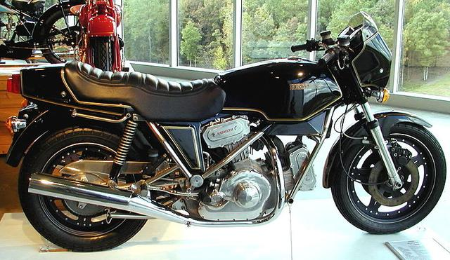 画像: 1982年型ヘスケスV1000。992ccのDOHC4バルブのVツインエンジンをダイヤモンド式フレームに搭載していました。 en.wikipedia.org