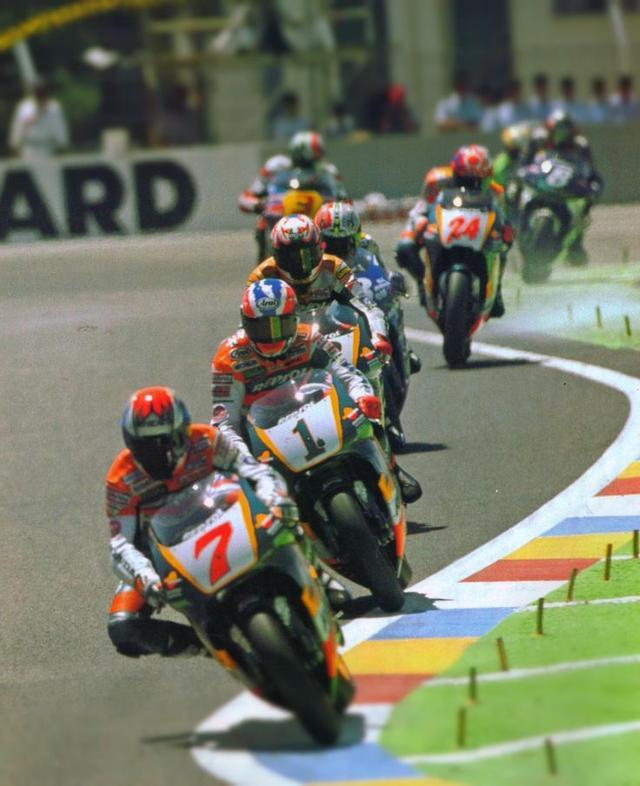 画像: 1997年フランスGPのワンシーン。このレースの勝利を含み、ゼッケン1のM.ドゥーハン(ホンダ)は第4戦から第13戦まで10連勝を記録しました! 合計12勝で、当然タイトル防衛を果たしています。 www.pinterest.jp