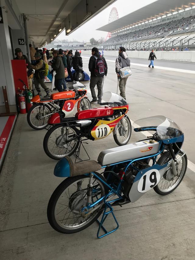 画像: 3台のGP50ccクラスレーサー。手前からスズキRM64(空冷2ストローク単気筒)、ブリヂストンEJR(水冷2ストローク2気筒)、そしてトーハツ105Y(空冷2ストローク2気筒)です。