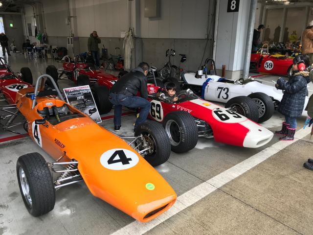 画像: 1960年代のフォーミュラカーによるヒストリック・レース、Historic Formula Registerの参加車両に乗り込み喜ぶ坊やの笑顔がいいですね。Historic Formula Registerは昨年度より「Suzuka Sound of ENGINE 2017」でも開催。30台以上のエントリーで、鈴鹿のフルコースで熱いバトルを披露してくれました。