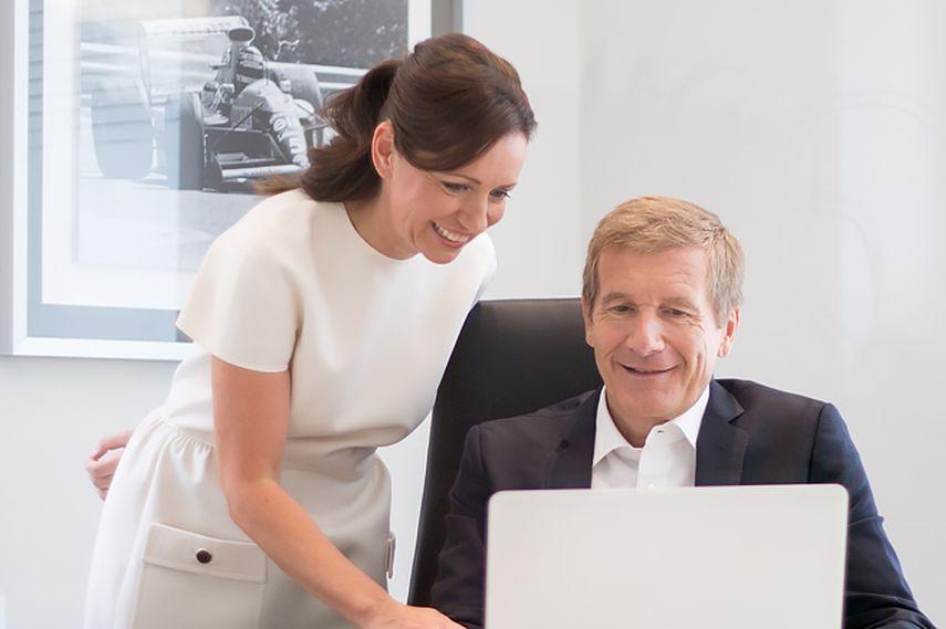 画像: 妻ダニエラとともに、空の世界でのビジネスを営むビジネスマンとなったT.ブーツェン。 www.snaplap.net