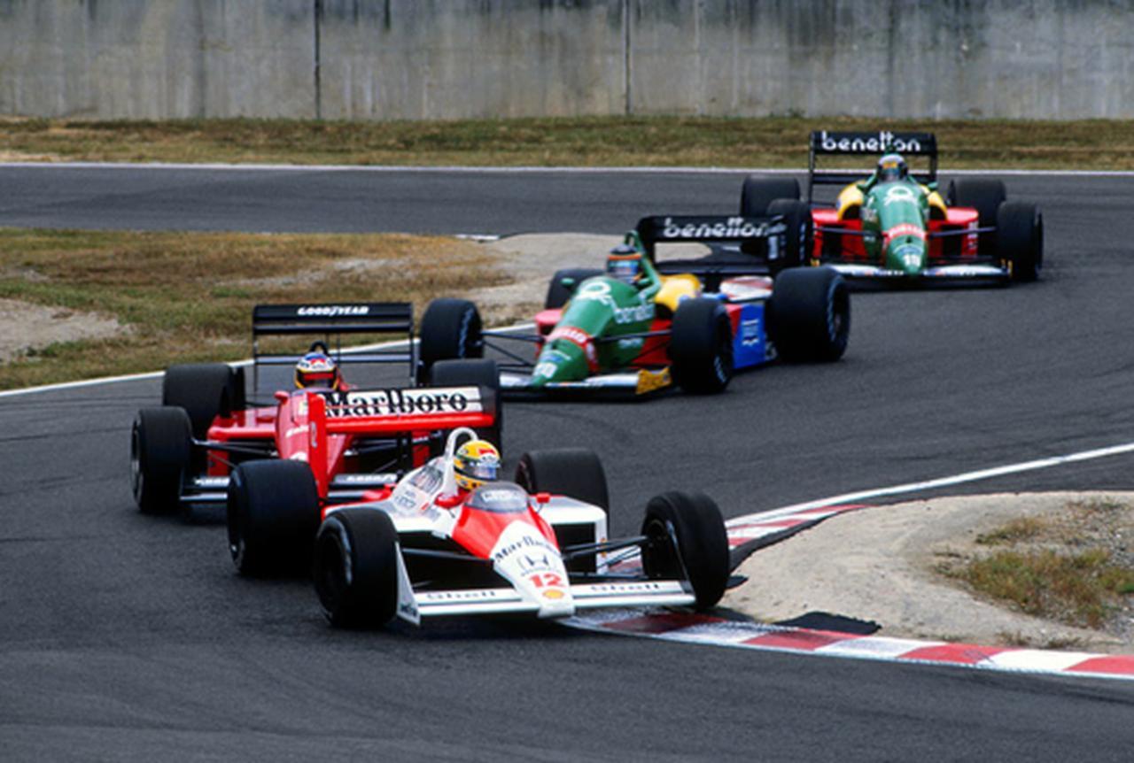 画像: 1988年日本GP、アイルトン・セナ(マクラーレン)、ミケーレ・アルボレート(フェラーリ)の背後を走るT.ブーツェン。なおその後ろは、チームメイトのアレッサンドロ・ナニーニ(ベネトン)です。 www.pinterest.jp