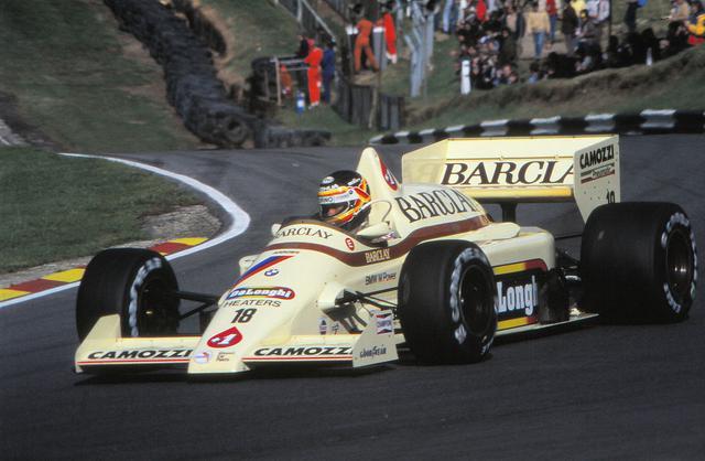 画像: 1985年ヨーロピアンGPにて、アロウズA8をプラクティスで走らせるT.ブーツェン。なお決勝は6位でした。 en.wikipedia.org