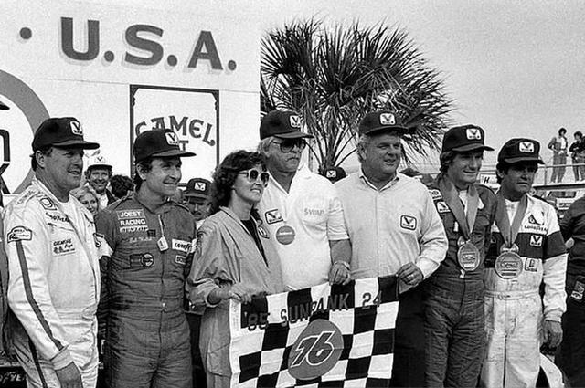 画像: 1985年デイトナ24時間のウィナーサークルにて。左からA.J.フォイト、ボブ・ウォレク、3人飛んでT.ブーツェン、そしてアル・アンサー。なおマシンはポルシェ956でした。 www.snaplap.net