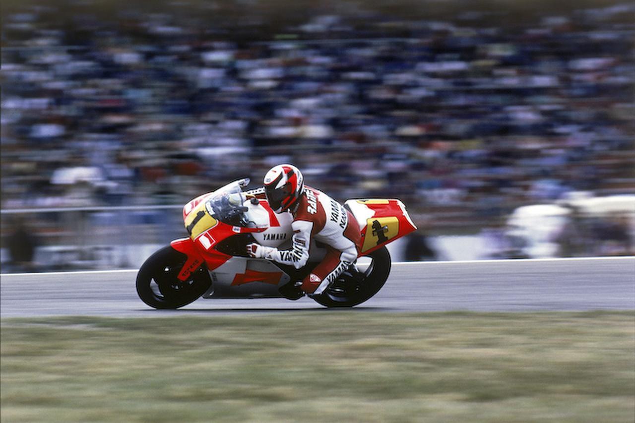 画像: 1991年型ヤマハYZR500で疾走するW.レイニー。 global.yamaha-motor.com