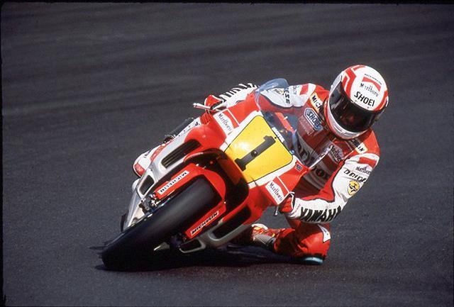 画像: 1990年、前年ホンダNSR500に乗って得た「1」番をつけたヤマハYZR500(0WC1)で、E.ローソンは同年の500ccクラスを戦いました。このシーズン、ローソンは序盤7戦ノーポイントだったこともあり、ランキングは7位にとどまりました。 www.motorcyclemuseum.org