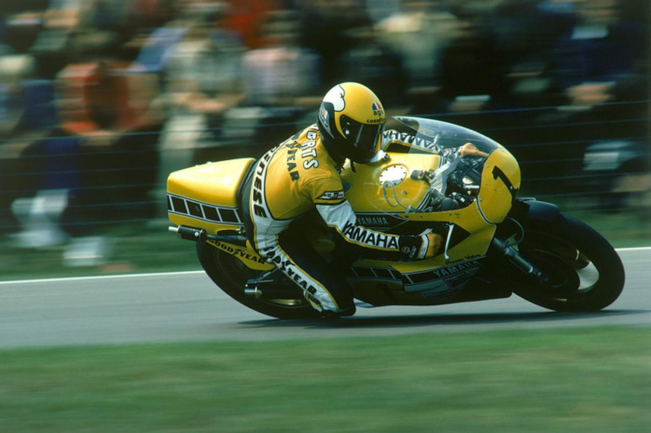 画像: 3連覇最後の年、1980年のK.ロバーツとヤマハYZR500(0W48)。近代ハングオフ走法をロードレースに定着させるきっかけとなったのも、キングケニーの偉大な功績のひとつでしょう。 global.yamaha-motor.com