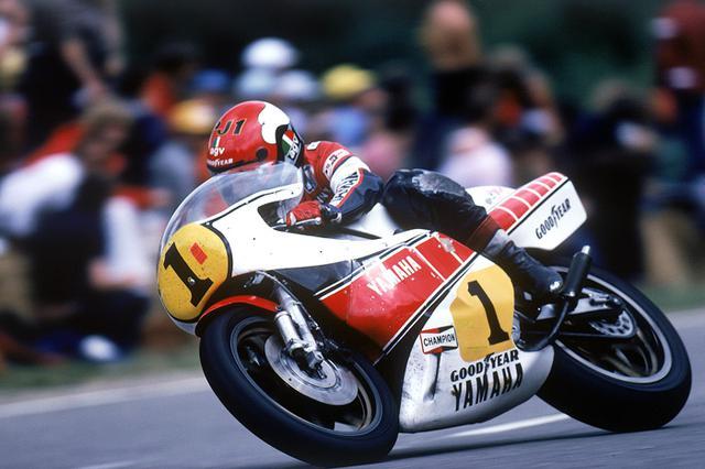 画像: 1981年、スクエア4エンジンを採用するヤマハYZR500(0W54)でシーズンを戦ったケニーですが、この年は2勝に止まりタイトル防衛に失敗します(ランキング3位)。 global.yamaha-motor.com