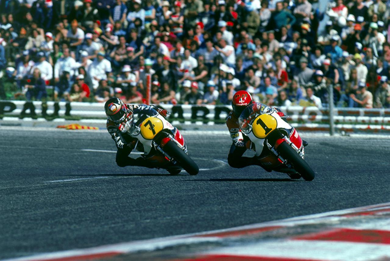 画像: 1981年のワンシーン。ライバルのバリー・シーン(左)とケニーは、当時数々の好バトルを演じ、ロードレースファンを魅了しました。 global.yamaha-motor.com