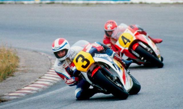 画像: 1983年シーズン、デルタボックスフレームを採用したヤマハYZR500(0W70)に乗るケニーは、ホンダNS500を駆るスペンサーと歴史に残る接戦を展開。勝利数は2人とも同数の6勝でしたが、わずか2ポイント差で栄冠はスペンサーのものに・・・。この年を最後に、ケニーはGPライダーとしてのキャリアを終えることになりました。 lrnc.cc