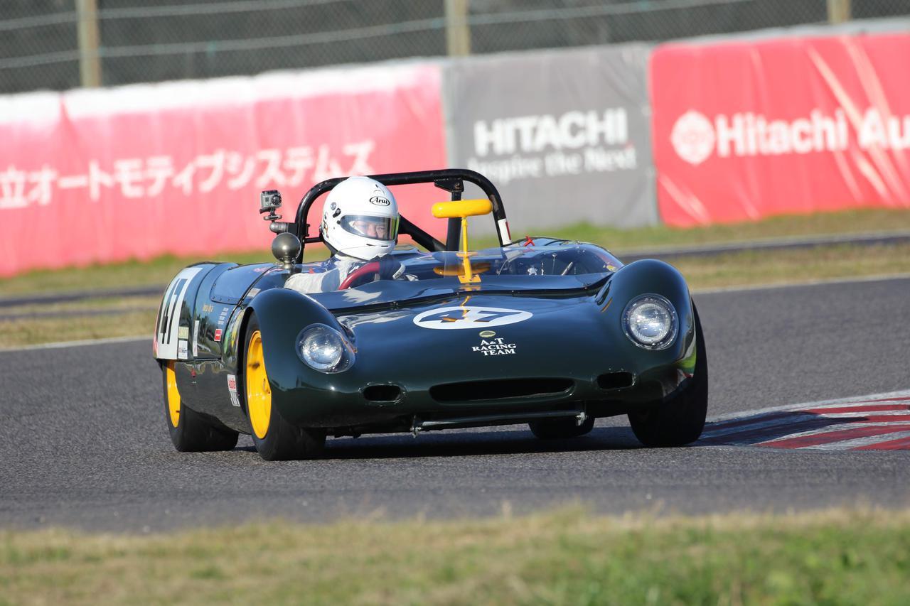 画像: Lotus 23B(1964) 1962年にデビューしたロータス23は、1963年の鈴鹿サーキットにて開催された第1回日本グランプリのメインイベント・国際スポーツカーレースに出場。ミッドシップエンジンで低く流麗なスタイルは、観客はもちろん、レース関係者にも衝撃を与え、表彰台を独占する速さを見せつけた。その後は23Bとして改良が加えられ、さまざまなレースに参戦し活躍を続けた。