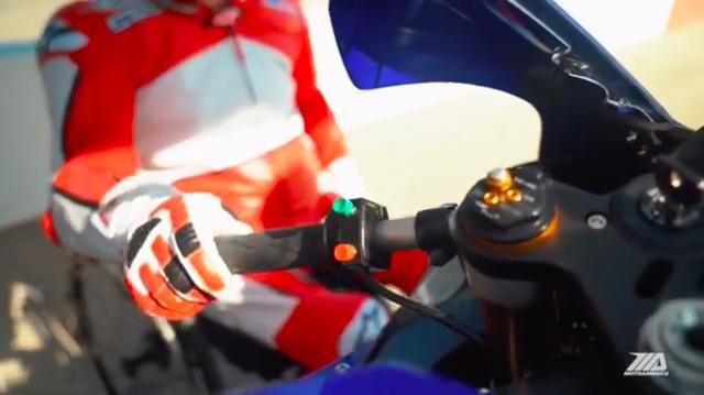 画像: シフトチェンジ操作は、左ハンドルバーに付くスイッチの2つのボタンで行います。 www.youtube.com