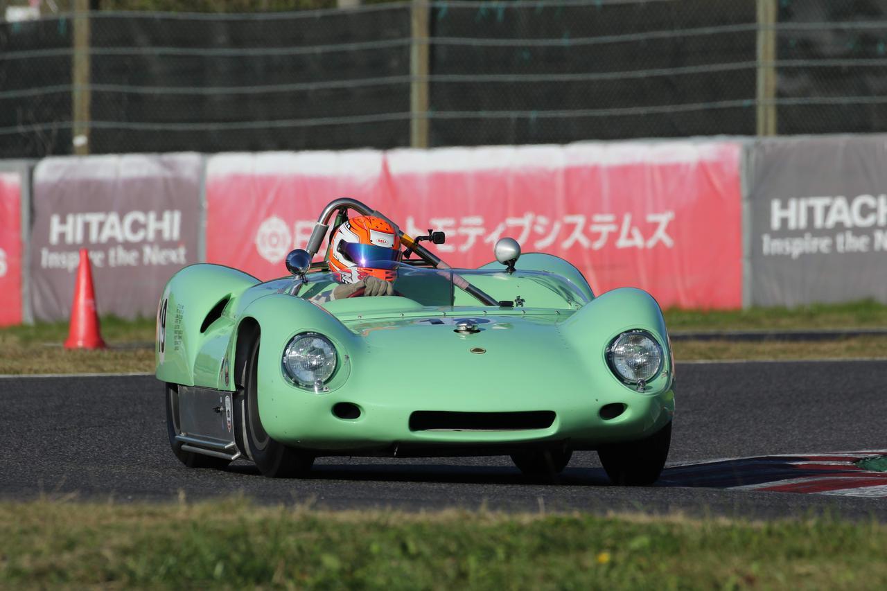 画像: Lotus 19(1960) 新型ミッドシップエンジン車を投入したクーパーに苦戦をしいられていたロータス。当時フロントエンジン車で参戦を続けていたが、ついに反撃の狼煙を上げる。そのためにとったのはF1をスポーツカーにすること。ロータス発のミッドシップエンジンF1マシン・ロータス18をベースに、1960年にロータス19を製作。2500ccエンジンは250馬力と高くはないものの、F1をベースにしてるだけあってシャシーは強固でハンドリングも軽快。高い走行性能を発揮した。