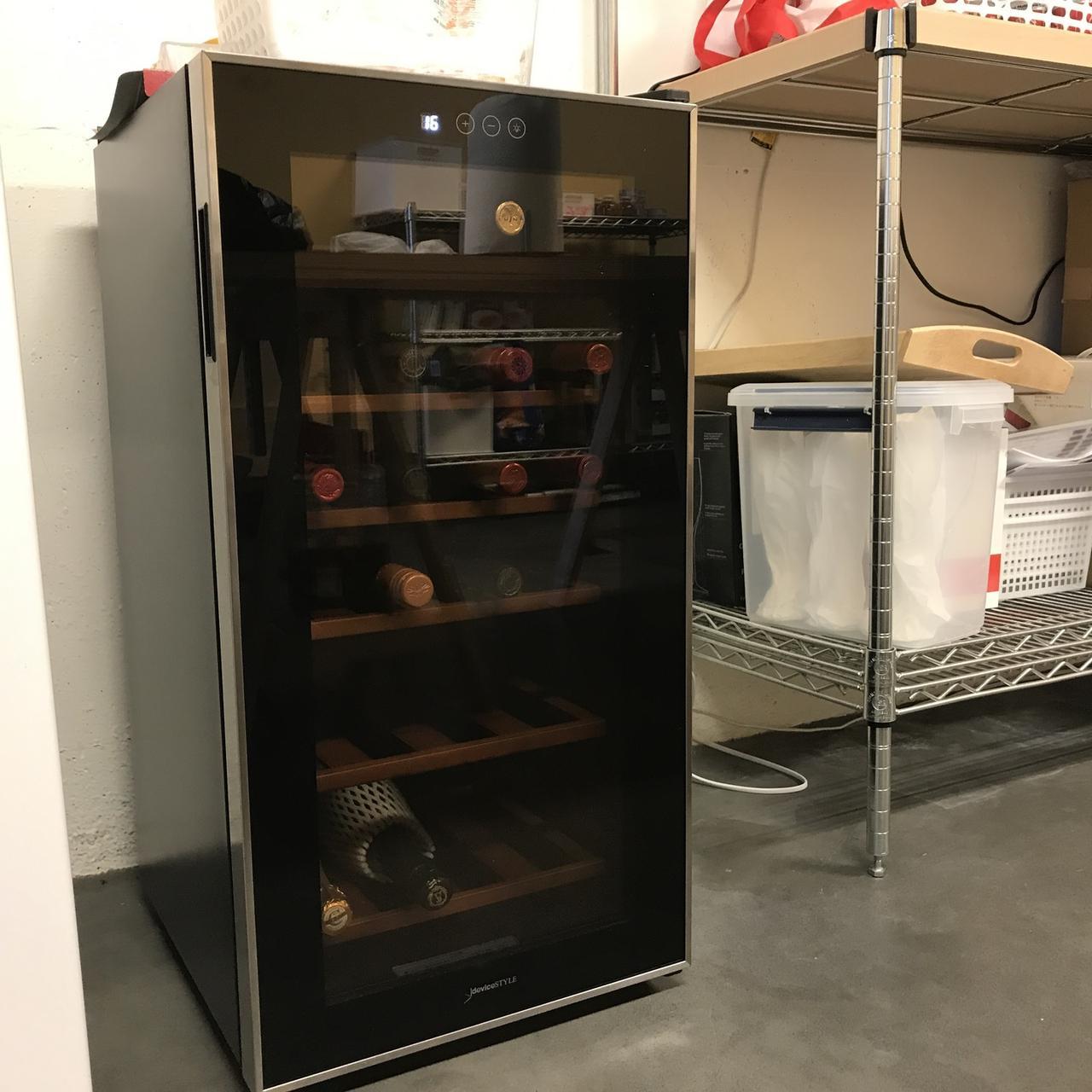 画像: 写真は先日導入されたワインセラー。オフィスにはワインやビール、ソーダ、コーヒー、ナッツ、チーズ、スナックや軽食がオフィスに備蓄されていて自由に飲み食いできます。