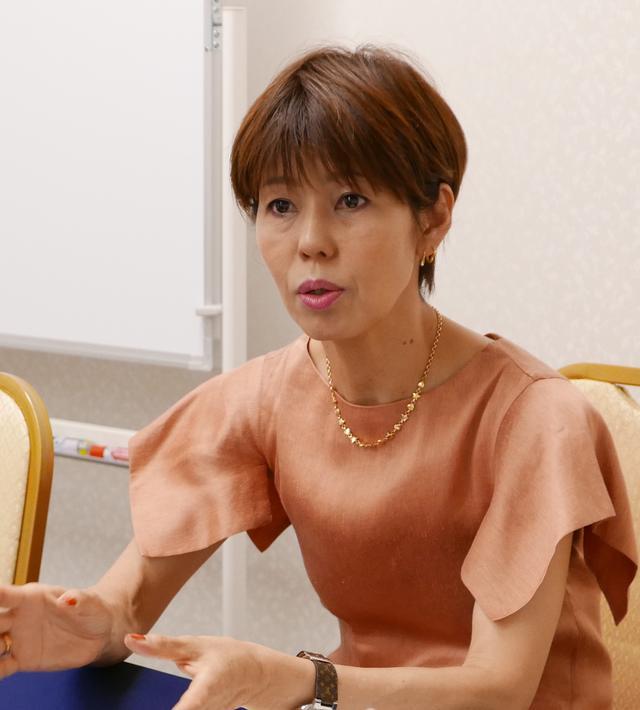 画像: 相談者にアドバイスをする、健康社会学者の河合薫氏