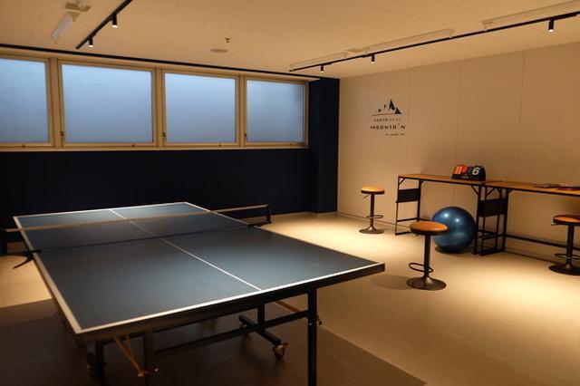 画像: 南青山オフィスでは、社員のための仮眠室や卓球台などを備えた「チャージフロア」を地下1階に配置