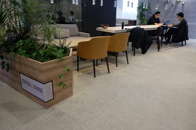 画像: 南青山オフィスの「オーセンティックフロア」では、社長室前にフリーアドレス席が設置されているほか、スタジアム型ミーティングスペース、難易度の高い課題を可視化して解決するスペースなどが集中的に配置されている