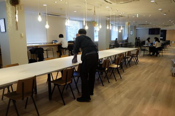 画像: 南青山オフィスの「KNOT UNITED SQUARE(コミュニケーションフロア)」では、障害者が活躍するカフェやコミュニケーションダイニング、子ども連れで仕事ができる「DAD&MOMルーム」、ITトラブルに対応するサポートデスクなども設置
