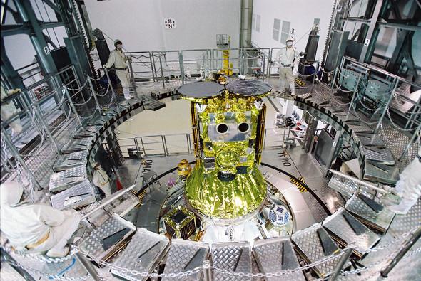 画像: 種子島宇宙センター衛星フェアリング組立棟における「はやぶさ2」のフェアリング結合作業(JAXA提供)